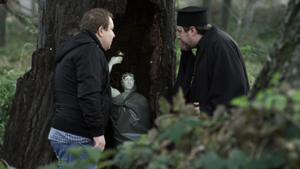След като разбра, че Спас действа зад гърба му, Радко ще предложи на отец Григорий да продадат заедно статуята. Попът веднага ще се свърже с Цезара, но лекарят на Извор ще бъде по-хитър и ще им изиграе лоша шега.
