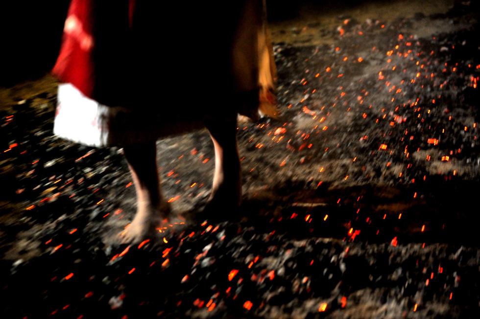 """Всичко за разликата между нестинарите и огнеходците ще разкрие в личния си разказ една 66-годишна нестинарка, изляла своята изповед пред  репортера Канна Рачева и оператора Иван Филчев във филма """"Анастено""""."""